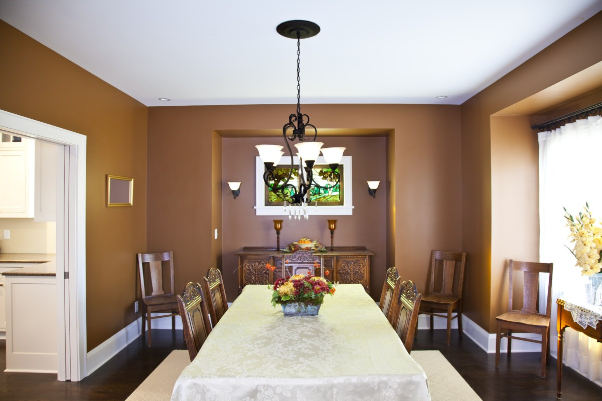 <p>The dining room, with a stained glass window from the owner's previous home.</p>