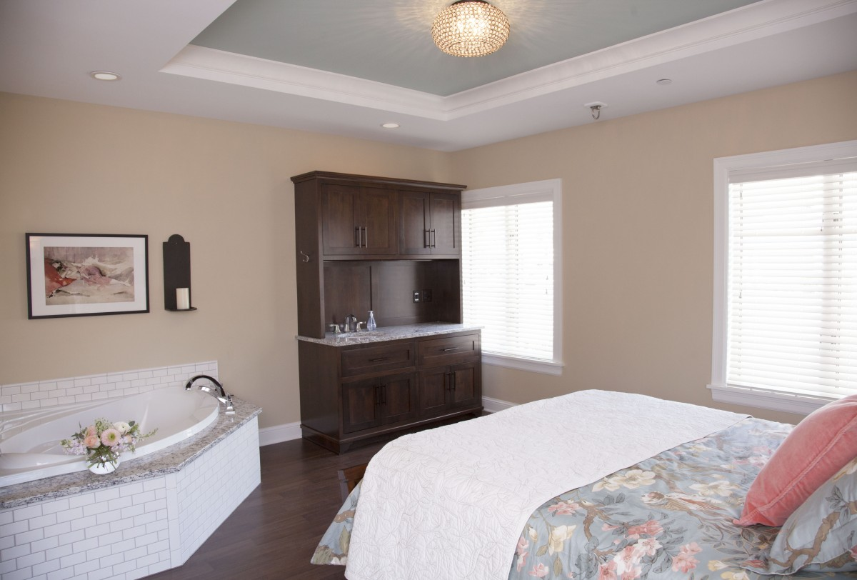 <p>Each of the three birthing suites has a queen bed, private bathroom with shower, and large tub for waterbirths.</p>